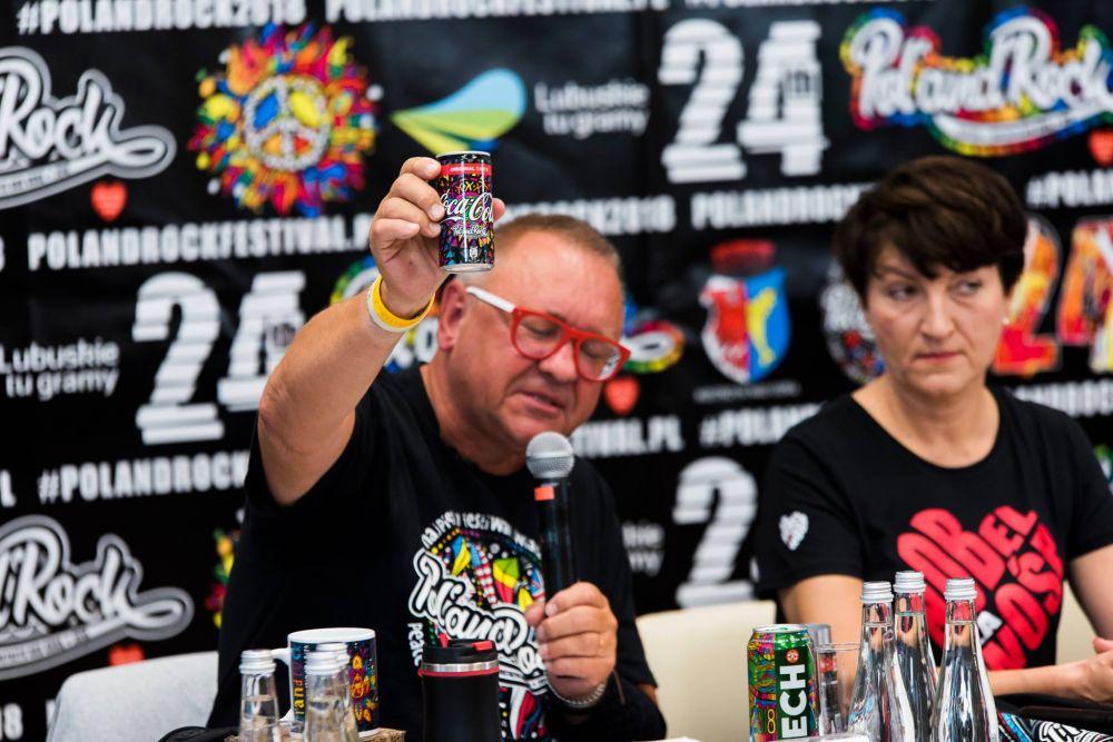 Jurek Owsiak prezentuje festiwalową puszkę Coca-Cola, fot. Dawid Ilnicki