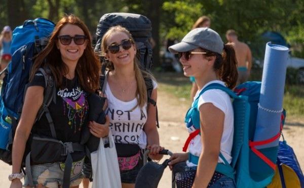 Dziewczyny spakowane i szczęśliwe ruszają na festiwal fot. Michał Kwaśniewski