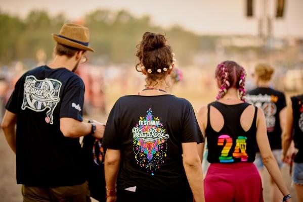Festiwalowicze w koszulkach z SiemaShopu fot. Szymon Aksienionek