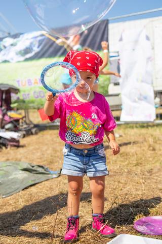 Najmłodsi uczestnicy festiwalu uczą się robić ogromne bańki fot. Edyta Kurycka