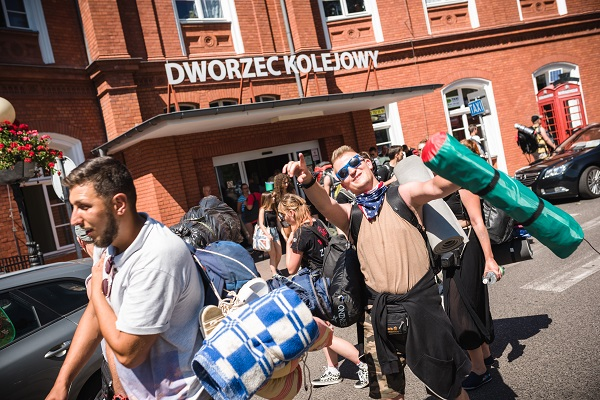 Festiwalowicze przyjeżdżający na 24. Pol'and'Rock Festival na dworcu w Kostrzynie nad Odrą fot. Łukasz Widziszowski