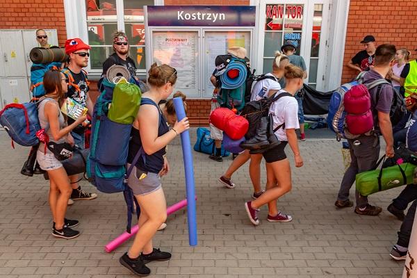 Festiwalowicze przyjeżdżający do Kostrzyna nad Odrą fot. Michał Kwaśniewski