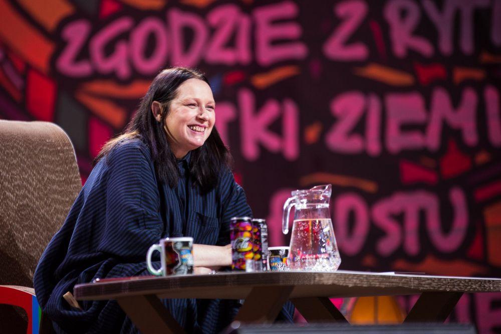 Roześmiana Katarzyna Nosowska podczas spotkania w Dużym Namiocie ASP fot. Basia Lutzner