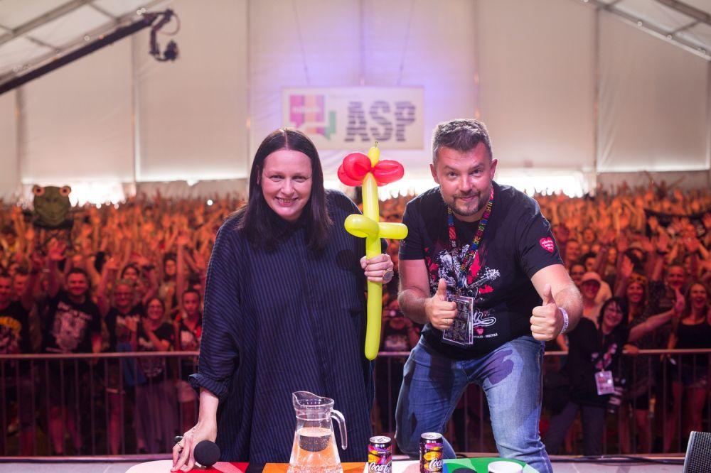 Kasia Nosowska, Piotr Halicki i kwiat od jednego z słuchaczy spotkanie fot. Basia Lutzner
