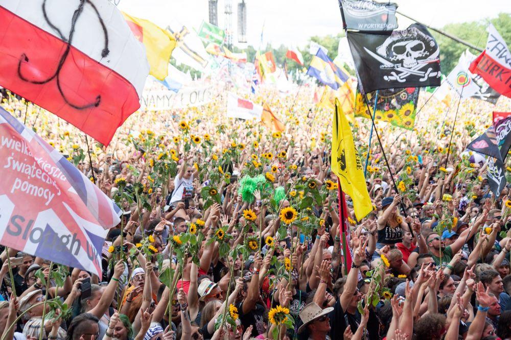 Tysiące słoneczników w dłoniach Festiwalowiczów wyglądały niesamowicie na rozpoczęciu Najpiękniejszego Festiwalu Świata fot. Damian Mekal