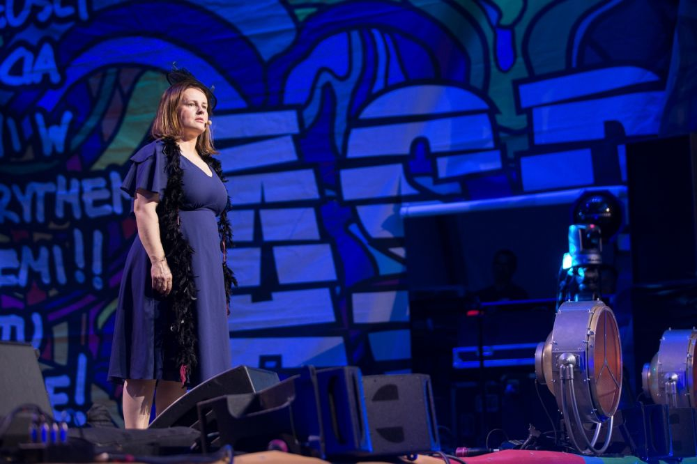Joanna Kołaczkowska z Kabaretu Hrabi na scenie Dużego Namiotu ASP fot. Lucyna Lewandowska