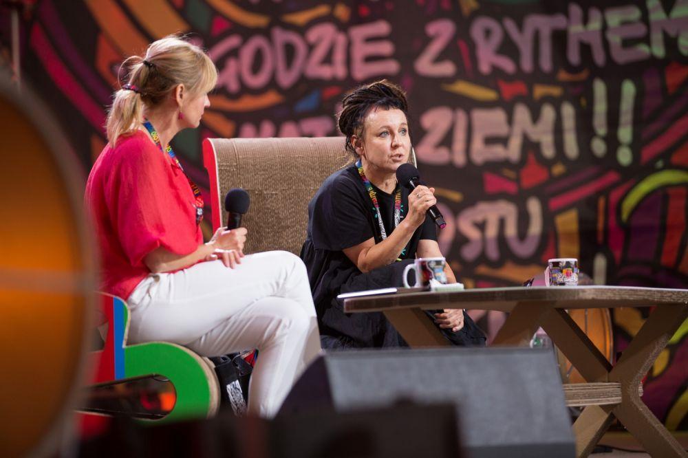 Olga Tokarczuk na spotkaniu z publicznością zgromadzoną w namiocie ASP fot. Lucyna Lewandowska