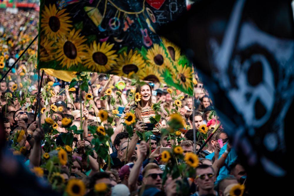 Festiwalowicze ze słonczenikami, fot. Marcin Michon
