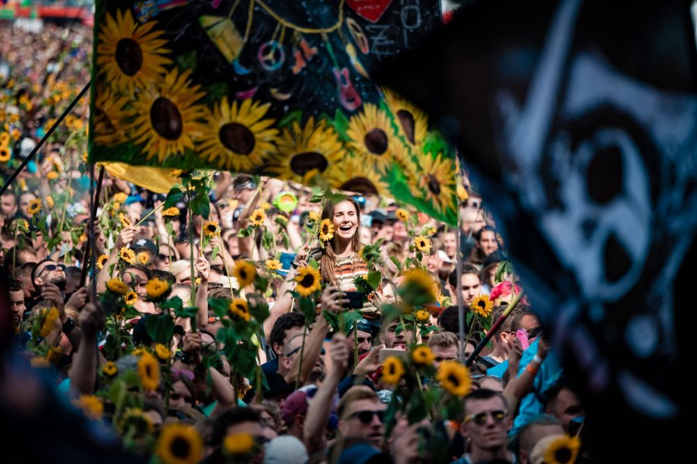 Festival Goers with the Sunflowers, photo by Marcin Michoń