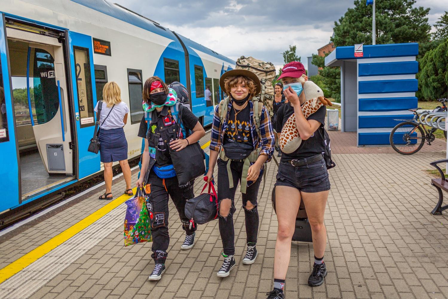 Uczestnicy Pol'and'Rock Festival na dworcu kolejowym, fot. Michał Kwaśniewski