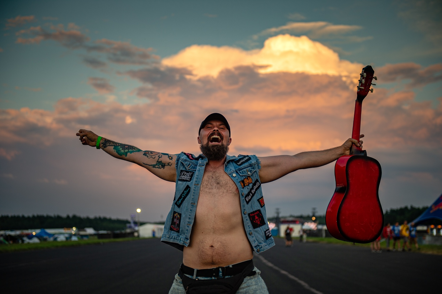 Festiwalowicz z gitarą na 27. Pol'and'Rock Festival. fot. Paweł Krupka