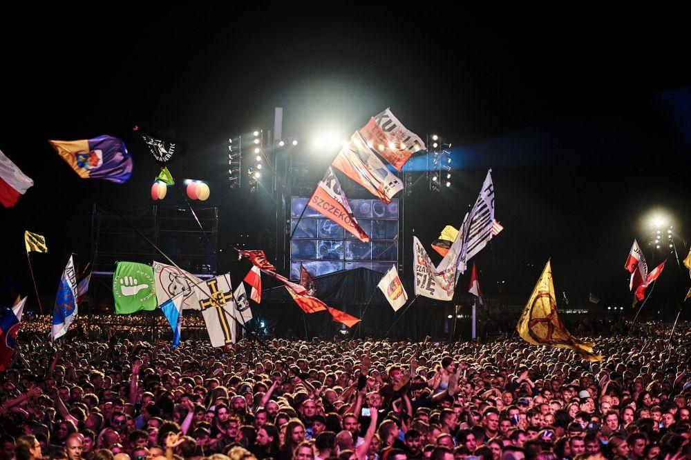 Festival crowd at night. photo Szymon Aksienionek.