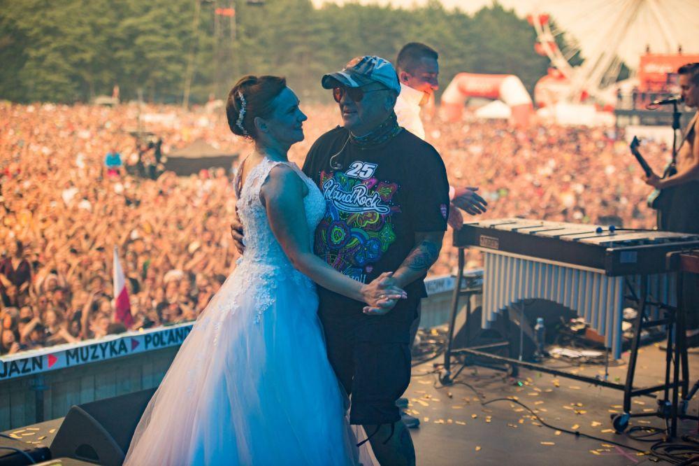 Jurek Owsiak dancing with the Bride, photo by Stanisław Wadas